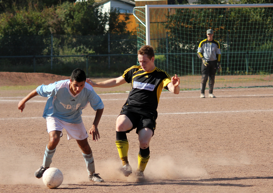 Vincenzo Castro traf acht Minuten nach Wiederanpfiff zum 2:0 für den FC Italia Menden. Im Hinspiel (unser Bild) hatte der FCI gegen den SC Tornado Westig 1:1 gespielt.
