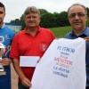 Italia-Präsident Giuseppe Centorrino (rechts) überraschte die Mannschaft um Kapitän Toni Scapolaro mit Meister-T-Shirts. Horst Reimann gratulierte für den Fußballreis Iserlohn.